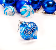Fondo del Año Nuevo con la bola del azul de la decoración Foto de archivo