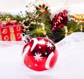 Fondo del Año Nuevo con la bola del rojo de la decoración Fotos de archivo libres de regalías