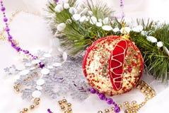Fondo del Año Nuevo con la bola del rojo de la decoración Imágenes de archivo libres de regalías