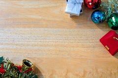Fondo del Año Nuevo con la caja de regalo en textura de madera Foto de archivo libre de regalías