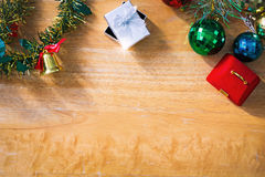 Fondo del Año Nuevo con la caja de regalo en textura de madera Fotografía de archivo libre de regalías