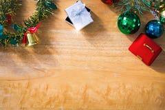 Fondo del Año Nuevo con la caja de regalo en textura de madera Imágenes de archivo libres de regalías