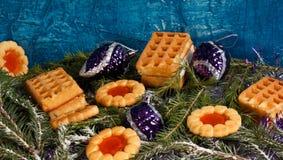 Fondo del Año Nuevo con las galletas y las decoraciones de la Navidad Foto de archivo libre de regalías
