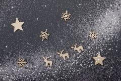 Fondo del Año Nuevo con los ciervos y los copos de nieve en un backgroun oscuro Foto de archivo libre de regalías