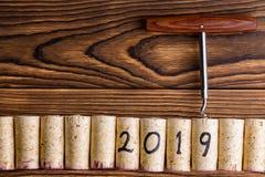 Fondo del Año Nuevo 2019 con los corchos del vino Fotos de archivo