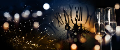 Fondo del Año Nuevo con los fuegos artificiales y el reloj de doce o Imagenes de archivo