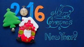 Fondo del Año Nuevo con Santa Claus, la raspa de arenque y la inscripción congratulatoria Imágenes de archivo libres de regalías