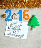 Fondo del Año Nuevo con Santa Claus, la raspa de arenque y otras decoraciones Foto de archivo libre de regalías