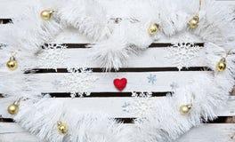 Fondo del Año Nuevo de la Navidad con los balles y el corazón Imagen de archivo libre de regalías