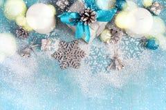 Fondo del Año Nuevo de la Navidad con los regalos y los juguetes, teñidos Imagenes de archivo