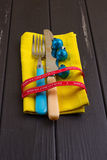 Fondo del Año Nuevo de la Navidad fije la bifurcación, cuchillo, cuchara en servilleta amarilla con la cinta del oro del día de f Fotografía de archivo libre de regalías