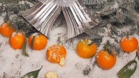 Fondo del Año Nuevo mandarinas, nieve, abeto en un fondo de madera Fotos de archivo libres de regalías