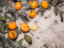 Fondo del Año Nuevo mandarinas, nieve, abeto en un fondo de madera Imágenes de archivo libres de regalías