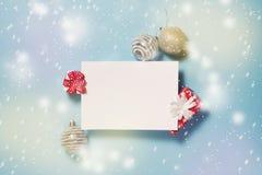 Fondo del Año Nuevo del mineral de la Navidad con la nota, las bolas y el GIF en blanco Imagen de archivo