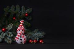 Fondo del Año Nuevo Muñeco de nieve con la decoración de la Navidad Fotos de archivo libres de regalías
