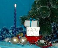 Fondo del Año Nuevo o de la Navidad Árbol, vela, bolas, regalos, lata Imagen de archivo libre de regalías