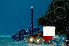 Fondo del Año Nuevo o de la Navidad Árbol, vela, bolas, regalos, lata Fotografía de archivo libre de regalías