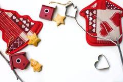 Fondo del Año Nuevo o de la Navidad con las decoraciones de Navidad y las galletas apoyadas en el fondo blanco Imágenes de archivo libres de regalías