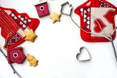 Fondo del Año Nuevo o de la Navidad con las decoraciones de Navidad y las galletas apoyadas en el fondo blanco Fotos de archivo libres de regalías