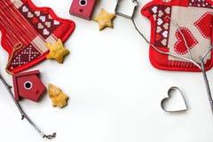 Fondo del Año Nuevo o de la Navidad con las decoraciones de Navidad y las galletas apoyadas en el fondo blanco Foto de archivo