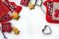 Fondo del Año Nuevo o de la Navidad con las decoraciones de Navidad y las galletas apoyadas en el fondo blanco Fotografía de archivo libre de regalías