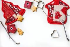 Fondo del Año Nuevo o de la Navidad con las decoraciones de Navidad y las galletas apoyadas en el fondo blanco Fotos de archivo