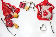 Fondo del Año Nuevo o de la Navidad con las decoraciones de Navidad y las galletas apoyadas en el fondo blanco Foto de archivo libre de regalías