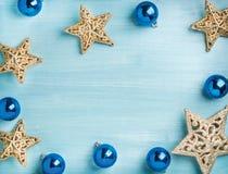 Fondo del Año Nuevo o de la Navidad: estrellas de oro y bolas de cristal azules sobre el contexto de madera de la turquesa, espac Foto de archivo libre de regalías