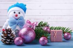 Fondo del Año Nuevo para el calendario: muñeco de nieve, abeto y christma Imágenes de archivo libres de regalías