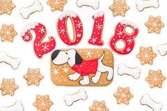 Fondo del Año Nuevo, 2018, año del perro, pan de jengibre aislado Imagenes de archivo