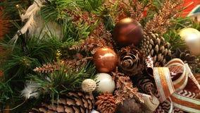 Fondo del Año Nuevo y de la Navidad Bolas y conos en el árbol de navidad, bulbos del centelleo en una guirnalda almacen de video