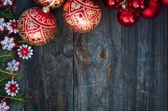 Fondo del Año Nuevo y de la Navidad con los juguetes y las ramas spruce Fotografía de archivo libre de regalías