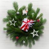 Fondo del Año Nuevo y de la Navidad en un fondo de madera blanco Visión desde arriba Ramas y nieve de árbol de navidad Foto de archivo