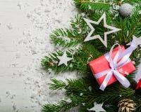 Fondo del Año Nuevo y de la Navidad en un fondo de madera blanco Visión desde arriba Ramas y nieve de árbol de navidad Imágenes de archivo libres de regalías
