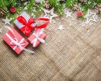 Fondo del Año Nuevo y de la Navidad en un viejo fondo de la harpillera Visión desde arriba Ramas de árbol de navidad y nieve, reg Fotos de archivo libres de regalías