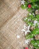 Fondo del Año Nuevo y de la Navidad en un viejo fondo de la harpillera Visión desde arriba Ramas de árbol de navidad y nieve, reg Fotos de archivo