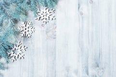 Fondo del Año Nuevo y de la Navidad La Navidad juega, árbol de abeto azul en el fondo de madera Composición del Año Nuevo Fotografía de archivo