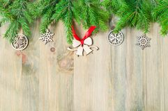 Fondo del Año Nuevo y de la Navidad La Navidad juega, árbol de abeto verde en el fondo de madera Vida todavía del Año Nuevo Fotos de archivo libres de regalías