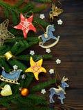 Fondo del Año Nuevo y de la Navidad La tarjeta de felicitación con los ornamentos de Navidad, conífera ramifica Concepto de las v Fotos de archivo