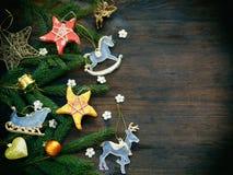 Fondo del Año Nuevo y de la Navidad La tarjeta de felicitación con los ornamentos de Navidad, conífera ramifica Concepto de las v Foto de archivo