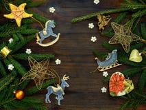 Fondo del Año Nuevo y de la Navidad La tarjeta de felicitación con los ornamentos de Navidad, conífera ramifica Concepto de las v Imagenes de archivo