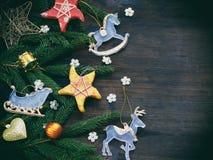 Fondo del Año Nuevo y de la Navidad La tarjeta de felicitación con los ornamentos de Navidad, conífera ramifica Concepto de las v Foto de archivo libre de regalías