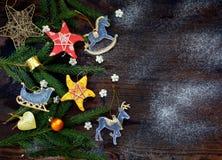 Fondo del Año Nuevo y de la Navidad La tarjeta de felicitación con los ornamentos de Navidad, conífera ramifica Concepto de las v Imágenes de archivo libres de regalías