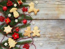 Fondo del Año Nuevo y de la Navidad La tarjeta de felicitación con los ornamentos de Navidad, galletas, conífera ramifica Concept Fotos de archivo libres de regalías