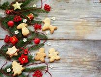 Fondo del Año Nuevo y de la Navidad La tarjeta de felicitación con los ornamentos de Navidad, galletas, conífera ramifica Concept Imagen de archivo libre de regalías