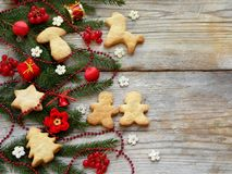 Fondo del Año Nuevo y de la Navidad La tarjeta de felicitación con los ornamentos de Navidad, galletas, conífera ramifica Concept Fotografía de archivo