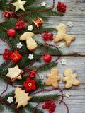 Fondo del Año Nuevo y de la Navidad La tarjeta de felicitación con los ornamentos de Navidad, galletas, conífera ramifica Concept Imagenes de archivo