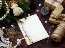 Fondo del Año Nuevo y de la Navidad La tarjeta de felicitación con los ornamentos de Navidad, regalos, conífera ramifica Concepto Fotos de archivo