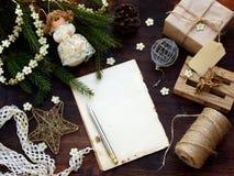 Fondo del Año Nuevo y de la Navidad La tarjeta de felicitación con los ornamentos de Navidad, regalos, conífera ramifica Concepto Foto de archivo libre de regalías