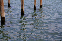 Fondo superficial del agua con cinco polos Fotos de archivo